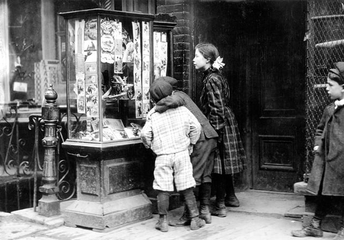 New York children looking at Christmas Cards 1910 - Wikipedia
